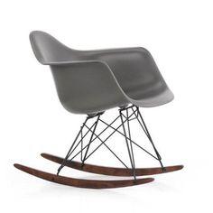 Avec son RAR Winter Special, Vitra lance une édition limitée du célèbre fauteuil à bascule de Charles et Ray Eames, et le fait apparaître sous un tout nouveau jour : la coque en gris foncé terreux repose sur un piétement noir et un traîneau scellé en érable brun. Retrouvez ce produit sur Voltex.fr.
