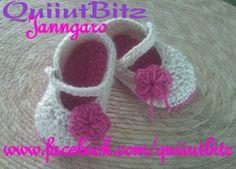 Zapatitos para bebé tejidos en crochet en color hueso y rosa. www.facebook.com/quiiutbitz