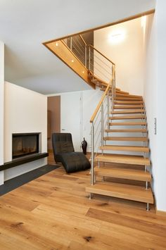 Freitragende Treppe von KENNGOTT. Beautiful Stairs, Staircase Design, Future House, Home Decor, Google, Houses, Traditional Fitted Wardrobes, Stair Design, Sliding Door