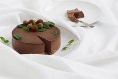 Minttusuklaa raakakakku. Ohjeessa ei sanota minkäkokoinen kakkuvuoka pitää olla, vaikuttaa siltä että vuoan pitää olla pieni, 20cm tai vastaava.