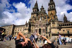 La Catedral de Santiago vista desde el suelo. Es algo así como una norma no escrita; hay que llegar a Santiago y tumbarse sobre el suelo de piedra de la la plaza del Obradoiro. Solo los peregrinos saben valorar esta perspectiva de la Catedral.