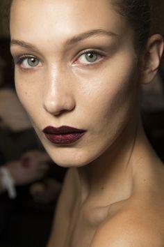 Atelier Versace Autumn/Winter 2016 - Glittering burgundy lips by Pat McGrath - Model Bella Hadid Show Beauty, Beauty Make Up, Hair Beauty, Makeup Trends, Beauty Trends, Beauty Hacks, Beauty Guide, Makeup Ideas, Makeup Tips