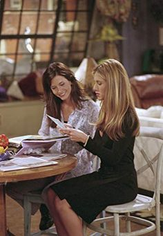 """FRIENDS -- """"The One with Rachel's Book"""" Episode 2 -- Aired -- Pictured: Courteney Cox as Monica Geller, Jennifer Aniston as Rachel Green Get premium, high resolution news photos at Getty Images Friends Season 7, Friends Episodes, Friends Cast, Friends Show, Rachel Friends Hair, Rachel Green Hair, Rachel Green Outfits, Rachel Green Style, Rachel Hair"""