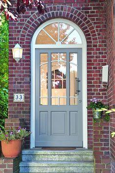 Türtausch leicht gemacht. Eine Modernisierung des Hauseingangs hilft beim Energiesparen. Der Eingangsbereich als Visitenkarte: Material, Farbe und Design der Haustür lassen sich heute individuell passend zur Architektur des Eigenheims auswählen. Foto: djd/rekord-fenster+türen