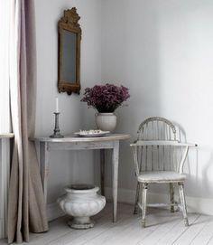 淡い色のカーテンがおしゃれな、シャビーテイストのインテリア。アンティークのチェア&デスクが素敵ですね。