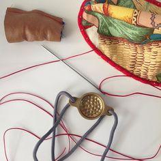 #herramientas para coser #festón : #dedal de #alpargatero #aguja de #acero de 10cm de longitud y una #proteccion para los dedos que tiran los #hilos de #nylon #encerado ! #wip #diseño #design #malasaña #handmade