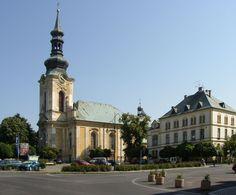 KOSTEL SVATÉHO PETRA A PAVLA na náměstí, vpravo budova děkanství