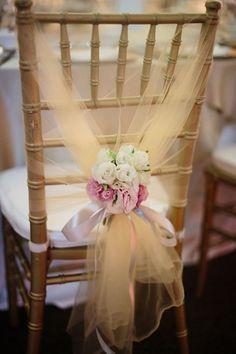 Fără huse din satin! Alege decorațiuni de scaune elegante, simple și naturale!   http://nuntaingradina.ro/se-poarta-nudismul-la-scaune/