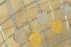 http://www.targhetta.com/targhette-personalizzate-ciondoli-personalizzati.htm è la pagina web dei ciondoli personalizzati dorati ed argentati con grafica incisa da stampo ed eventualmente colorata a mano con smalti Pantone Coated.