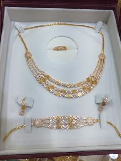 Ali Baba Selani Gold and diamond international's supplier. Indian Jewelry Sets, Gold Jewelry Simple, Gold Jewellery Design, Ali Baba, Fashion Jewelry, Gold Bangles, Mehendi, Gold Necklace, Jewels