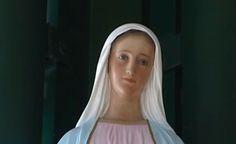 Avezzano, statua della madonna piange benzina verde, coda di pellegrini per il pieno