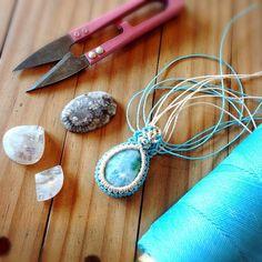 【jasminedew】さんのInstagramをピンしています。 《親戚のカフェでラリマーのマクラメネックレスを編み編み 幸せな時間 (^ ^) Making a Larimar macramé necklace  #powerstone  #パワーストーン #天然石 #マクラメ #マクラメ編み #ハンドメイド #ネックレス #ペンダント #アクセサリー #ラリマー #jasminedew #necklace #macramé #macrame #accessories #handmade #NaturalStone #gemstone #larimar #healing #crystal #blue #海 #青 #amulet #jewelry #micromacrame #Linhasita》
