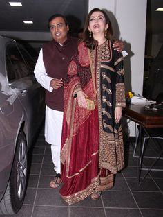 Mukesh and Neeta Ambani at Amir Khan's Diwali party Indian Designer Suits, Indian Suits, Indian Attire, Indian Wear, Women's Ethnic Fashion, Indian Fashion, New Suit Design, Velvet Dress Designs, Heavy Dresses