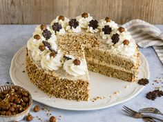 Nut and cream cake - better than from a confectioner The best baking recipes with guaranteed success- Nuss-Sahne-Torte – besser als vom Konditor Quick Dessert Recipes, Easy Cookie Recipes, Baking Recipes, Nut Recipes, Cupcake Recipes, Desserts Végétaliens, Healthy Desserts, Chip Cookie Recipe, Chocolate Cookie Recipes