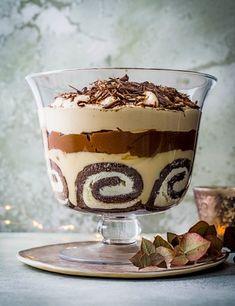 Try our tiramisu trifle recipe with Baileys. This trifle recipe with Baileys is an easy tiramisu trifle recipe with Baileys. Try our tiramisu trifle dessert Tiramisu Trifle, Receita Trifle, Baileys Tiramisu, Chocolate Tiramisu, Tiramisu Recipe, Baileys Dessert, Chocolate Custard Recipe, Chocolate Trifle Desserts, Dessert Trifles