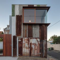 Raffaello Rosselli has repurposed a corroding tin shed in Sydney to create a small office and studio apartment.architect Raffaello Rosselli has repurposed a corroding tin shed in Sydney to create a small office and studio apartment. Tin Shed, Metal Shed, Rusty Metal, Metal Building Homes, Building A House, Building Ideas, Green Building, Building Plans, Cheap Building Materials