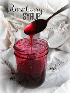 Raspberry Syrup- delicious and easy raspberry recipe. Can it or keep it in the fridge, and use it on pancakes, ice cream, or to make drinks! Black Raspberry Recipes, Raspberry Syrup Recipes, Raspberry Syrup Recipe Canning, Canning Syrup, Cranberry Syrup Recipe, Raspberry Ideas, Blackberry Syrup, Strawberry Syrup, Gastronomia
