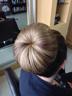 A chignon Beehive Hairstyles, Bun Hairstyles For Long Hair, Sleek Hairstyles, Vintage Hairstyles, Ponytail Updo, Bouffant Hair, Beautiful Braids, Beautiful Long Hair, Cut My Hair