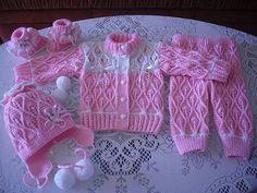 Нежный комплект спицами для малыша. Вязаный розовый комплект для девочки спицами
