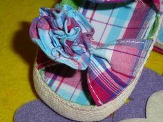 Sandálias em tecido Xadrez. Em tons azul e rosa, flor na frente  Tamanhos 10 aos 18 meses - 10€ Espadrilles, Shoes, Fashion, Size 10, Buffalo Check, Blue Roses, Shades Of Blue, Flower, 18 Months