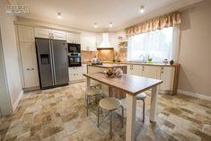 Proiect bucatarie Dumbravita | Kuxa Studio, expert in mobila de bucatarie - 5239 Classic Kitchen, Kitchen Island, Furniture, Table, Design, Studio, Home Decor, Island Kitchen, Decoration Home