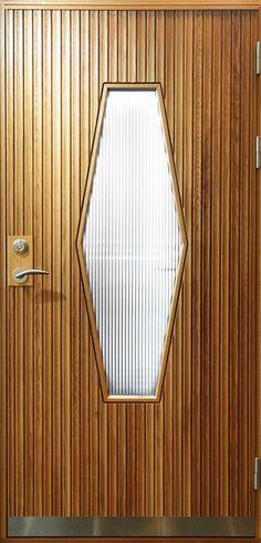 Exklusiva ytterdörrar i miljömärkta träslag sedan 1943. Hjärterö är en ytterdörr med stående massiv karosseripanel med ett stort glas.