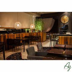 Relembrando um projeto comercial lindo que executamos em parceria com a arquiteta Karine Furlanetto. Revestimentos em madeira de demolição de pipas de vinho em um restaurante oriental   Az arte natural - Móveis em madeira, feitos amão.