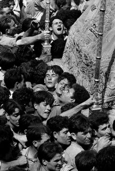 Easter Processions in Spain - Ramón Masats phot. (b. Caldes de Montbui, Barcelona, Catalonia, 1931) Ramones, The Black Keys, Black And White, Band Posters, Music Posters, Grateful Dead Music, The Jam Band, Photo Report, Eddie Vedder