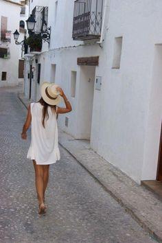 Lena trägt gerne kurze Kleider und Strohhut