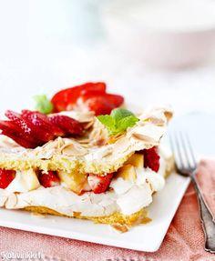 Brita Cake with strawberries. Kotivinkki www. Work Meals, Strawberry Cakes, Pavlova, Yummy Cakes, Macarons, Tart, Sandwiches, Sweet Treats, Baking