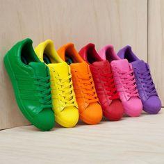 Tênis coloridos.