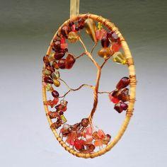 Lapač+-+Suncatcher+-+medový+Originální+lapač+světla,+slunce,+nebo+i+lapač+snů.+Vytvořený+v+medově+-+oranžové+kombinacize+skleněných+korálků,oranžové+organzové+stužky+ahnědého+metalickéhodrátku.+Základ+tvoří+pevný+kovový+kruh.+Průměr+kruhu+je+12+cm,+délka+samotného+lapače+je+25+cm,+včetně+stužky+na+zavěšení+46+cm.+Největšího+efektu+se+dosáhne...