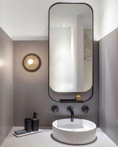 strakke spiegel met zwartstalen frame. Mooie combi met de zwarte kraan en accessoires. ~ Great pin! For Oahu architectural design visit http://ownerbuiltdesign.com