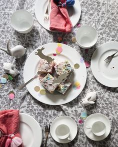 - Teatime mit Halloween-Kuchen - The Salonette Stories Tea Time, Panna Cotta, Plates, Tableware, Ethnic Recipes, Food, Cake Ingredients, Happy Easter Day, Confetti