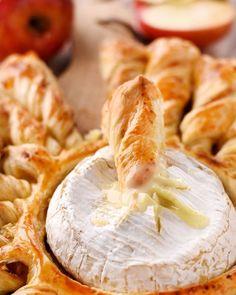 Tarte soleil au camembert rôti, de la pâte feuilletée, du camembert et c'est le paradis. Une recette à partager à l'apéro #apéritif #apéro #camembert #fromage #tartesoleil #soleil #marmiton #recette