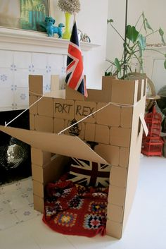 DIY Cardboard Castle Fort // For town decor in foyer? Cardboard Box Castle, Cardboard Houses For Kids, Cardboard Box Crafts, Cardboard Playhouse, Cardboard Box Ideas For Kids, Cardboard Tubes, Cardboard Furniture, Diy Fort, Château Fort