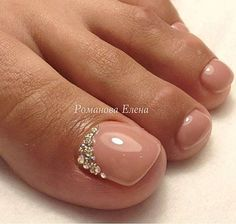 Nude-Rhinestone Toe Nail Art https://noahxnw.tumblr.com/post/160992566051/love-the-technique-of-rings-of-food-plating