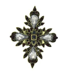Anel Cruz de Malta no metal dourado envelhecido cravejado com strass vermelho, azul e detalhes em cristais. A Cruz de Malta é símbolo da liberdade dos limites e das manifestações de nossos ideais.