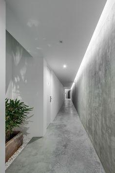Beautiful concrete finish on walls and floors at [i]da arquitectos — Rural Tourism Pé no Monte Beton Design, Concrete Design, Concrete Wall, Concrete Floors, Corridor Lighting, Indirect Lighting, Interior Lighting, Lighting Design, Cove Lighting