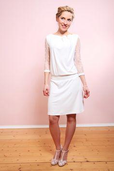 Schlicht   bezaubernd  feminines Brautkleid aus weich fallendem Jersey in  Cremeweiß. Schön bequem mit 5ededba57e
