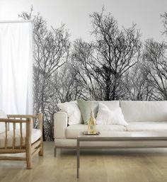 Dezent in schwarz-weiß gehalten, wird der filigrane Look der unbelaubten Bäume zum Hingucker. #homestory #home #interior #wallpaper #couch #paper