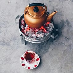 Find images and videos about tea, fire and شاي on We Heart It - the app to get lost in what you love. Coffee Time, Tea Time, Mousse Au Chocolat Torte, Turkish Tea, Cute Snacks, Coffee Photography, Camping Photography, Comfort Food, Bar Drinks