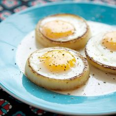 The Apron Strings cooking blog continues its run of excellent ideas for making molded eggs by frying them inside vegetable cross-sections with this lovely recipe for onion-ring eggs: just half-cook…
