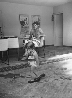 In je moeders schoenen lopen. Dean Martin watching his daughter Gina Caroline Martin walking in her mother's shoes at home in Beverly Hills, Dean Martin, James Dean, Star Family, Family Album, Caroline Martin, Beverly Hills, Cool Vintage, Vintage Vibes, Vintage Black