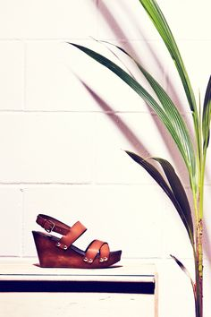 Sandalia de plataforma tachonada
