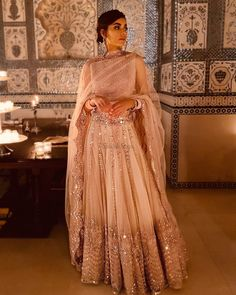 30 Exciting Indian Wedding Dresses That You'll Love Indian wedding dresses are very beautiful. Usual indian bridal dresses made of chiffon or silk and adorned with elaborate embroidery, red or gold color. Indian Bridal Outfits, Indian Designer Outfits, Bridal Dress Indian, Mehndi Dress For Bride, Indian Designers, Mehndi Brides, Indian Gowns Dresses, Bridal Dresses, Ceremony Dresses