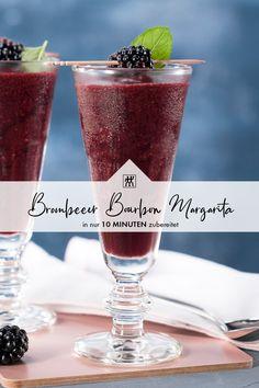 Brombeer Bourbon Margarita - Wie der Name schon sagt, ist dieser Margarita nicht klassisch mit Tequila, sondern mit Bourbon zubereitet. Der Bourbon passt mit seinen Aromen von Holz und Vanille hervorragend zur süß-säuerlichen Brombeere. #tequila #margarita #bourbon #bourbonvanille #minze #brombeeren #brombeere #smoothie #drink #mixer #blender #rezept #recipe Bourbon Vanille, Dessert, Tequila, Pint Glass, Margarita, Smoothies, Tableware, Blackberries, Mint
