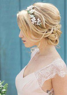 Brautfrisur, Hochzeit, romantisch, Blumen im Haar, Brautstyling, Hochsteckfrisur