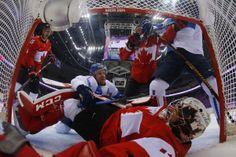 Le gardien de but d'Équipe Canada, Carey Price, est étendu dans son filet alors que le Finlandais Leo Komarov tente de marquer un but lors de la partie entre le Canada et la Finlande au hockey sur glace, le dimanche 16 février. Le Canada a vaincu la Finlande 2-1 en prolongation.
