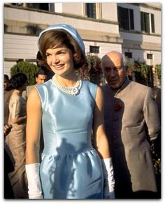 """Secretário de Estilo para a Casa Branca """"Oleg, você está, e estará na história da moda, o designer que criou a imagem indelével e elegante para a primeira-dama. http://sergiozeiger.tumblr.com/post/116148739153/oleg-cassini-11-de-abril-de-1913-17-marco-de Você deve estar orgulhoso de sua conquista, você é o designer que inaugurou o estilo dela """"- Suzy Menkes editora de Moda ;. International Herald Tribune ., 2003 A nomeação de Cassini por Jacqueline Kennedy como seu estilista exclusivo em…"""